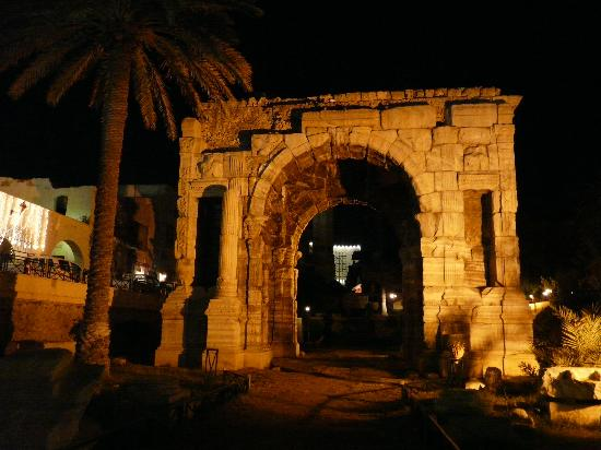 Zumit Hotel: Hotel entrance by palm tree, by Arch of Marcus Aurelius
