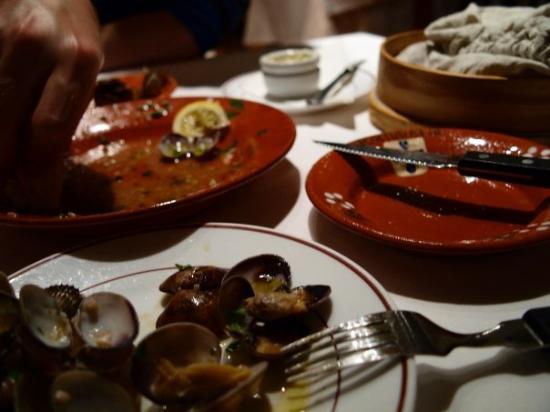 Restaurant Portugalia: alkupalaa-> simpukoita valkoviini-valkosipuli-öljy-korianteriliemessä!