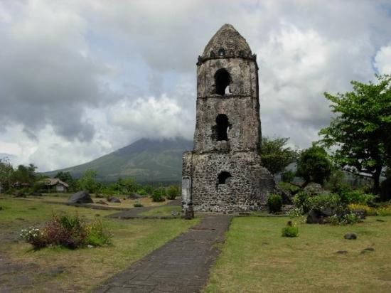Legazpi, Filippijnen: A historical landmark in Legaspi -- Cagsawa Ruins. 
