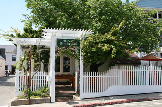 Nevada City, CA: Ike's Quarter Cafe with the cherry tree in bloom.