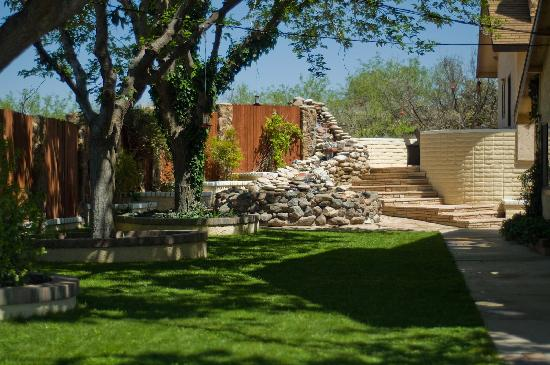 Desert Rose Bed and Breakfast : Our huge faountain is a great place to relax, read or drink a nice glass of wine in the shade.