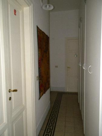 Marlu Bed & Breakfast: Hallway - 3 doors - double room, single room, another double room