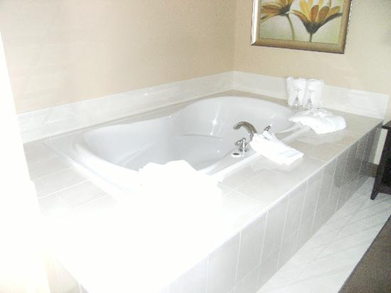Amsterdam Inn Quispamsis: Tub in Honeymoon Suite