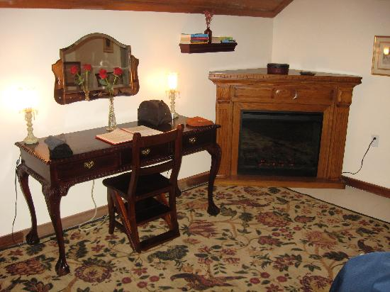 Mt Gainor Inn: the writing desk in the bedroom