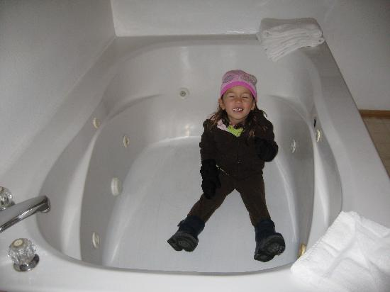 Honey Bear Lodge & Cabins: Sitting in the jacuzzi tub