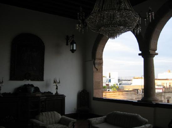Hotel Virrey de Mendoza: The other side of the third floor lounge