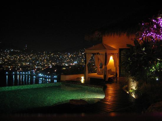 Tentaciones Hotel: Pool at night