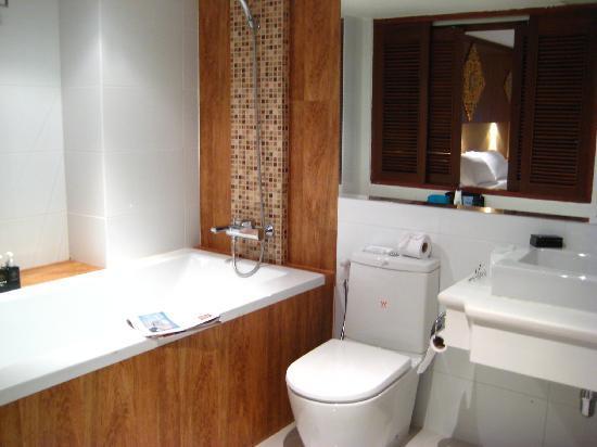 Rayaburi Hotel Patong : Bath & Shower with no curtain