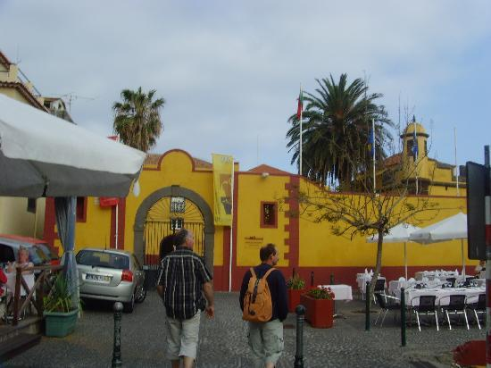 O Portao : le restauant  est juste avant ce mur jaune