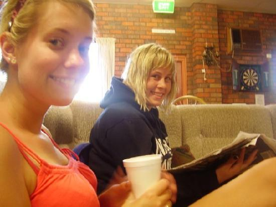 Warrnambool Beach Backpackers: Comfy couches and a brew