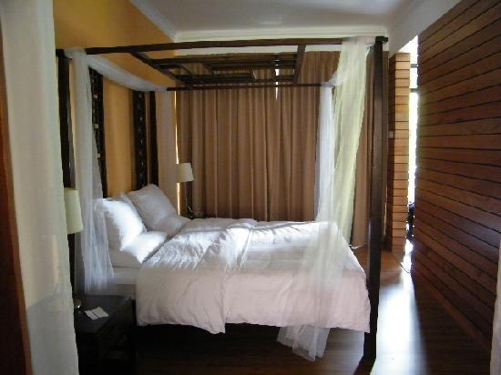 โมเลกวิลล่า: Romantic 4 poster bed