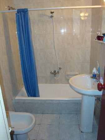 Noria Hotel: Bathroom, large and clean