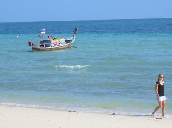 Koh Ngai Thanya Beach Resort : la plage avec un long tail boat