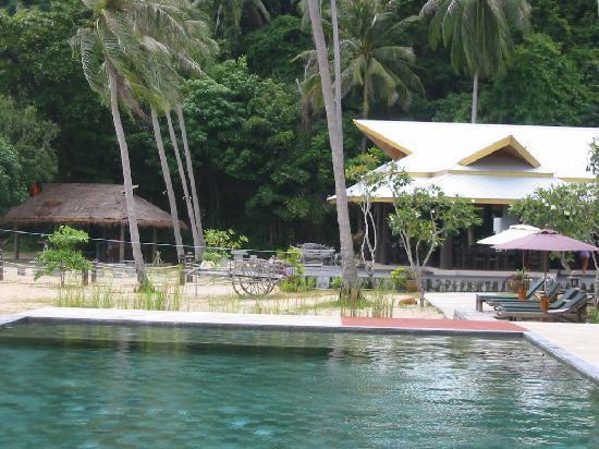 Koh Ngai Thanya Beach Resort : le restaurant vu de la piscine