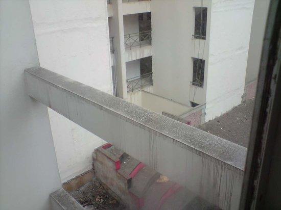 Leon de Oro Inn & Suites: Vista costado derecho del Hotel