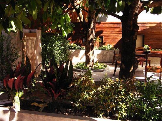 Yindee Stylish Guesthouse: Garden seating