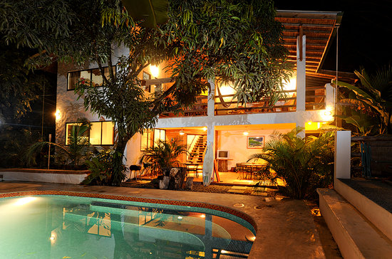Atrapasueños Dreamcatcher Hotel: House with pool at night