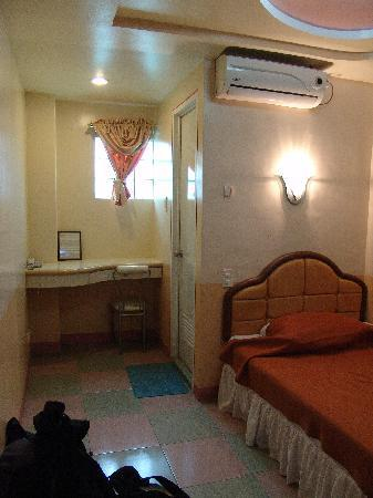 Tabaco City, Filipinas: The room seems to have a fitted bench which is great to see rather than a cheap ill-fitting one