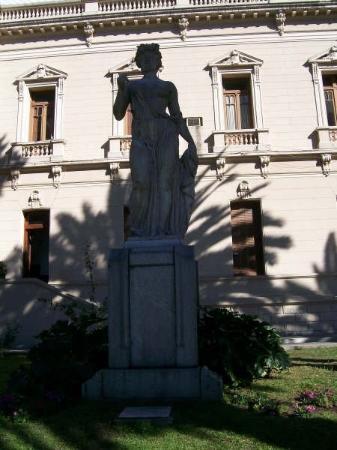 San Salvador de Jujuy, Argentina: estatua de la Casa De Gobierno IV