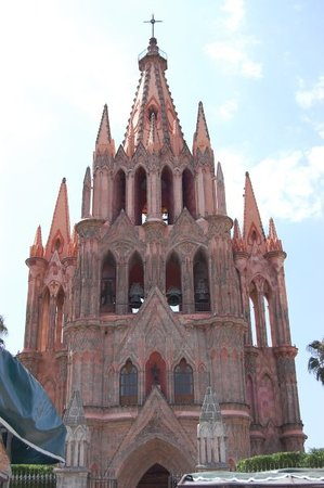Parroquia de San Miguel Arcangel: La Parroquia. This church is naturally pink and quite beautiful