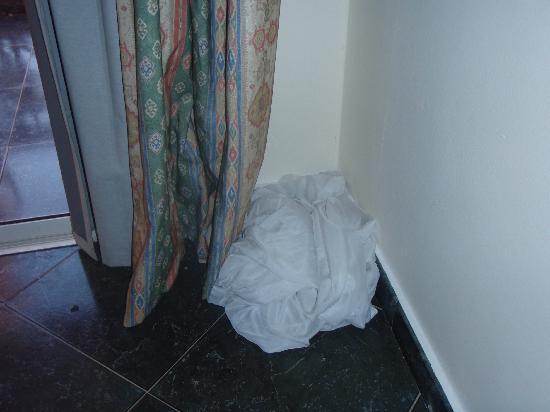 LTI - Pyramisa Isis Island Resort & Spa: Laundry or curtain left on floor
