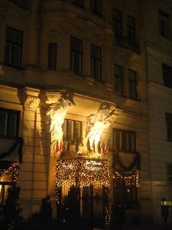 Hotel Zur Wiener Staatsoper: The hotel from the street