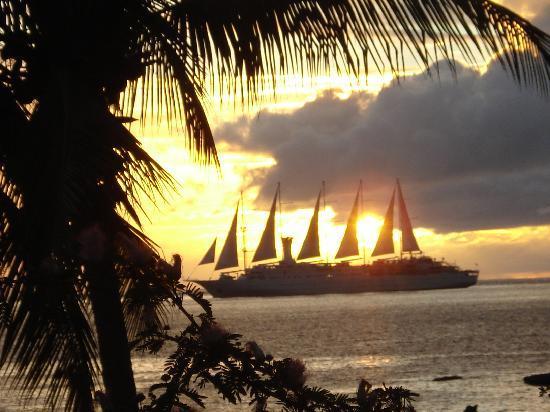 Hummingbird Beach Resort: Sailship passing
