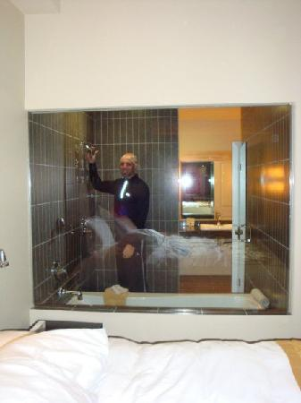 Casulo Hotel: Glass window shower