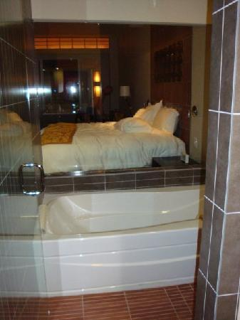 Casulo Hotel: Tub with window into the room