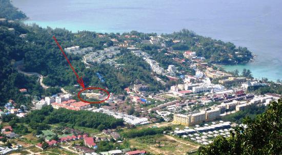 Kata View Guest House: Lage des Kata View vom Big Buddha-Berg aus gesehen