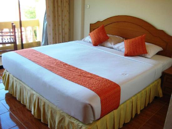 Kata View Guest House: Sauberes Bett mit guter, fester Matratze