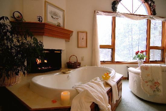 Romantic Riversong Bed and Breakfast Inn : A relaxing tub after Snowshoeing