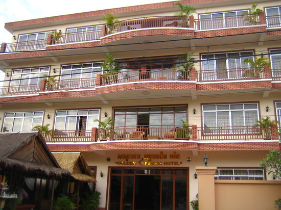 Golden Orange Hotel: Front of the hotel with the entrance