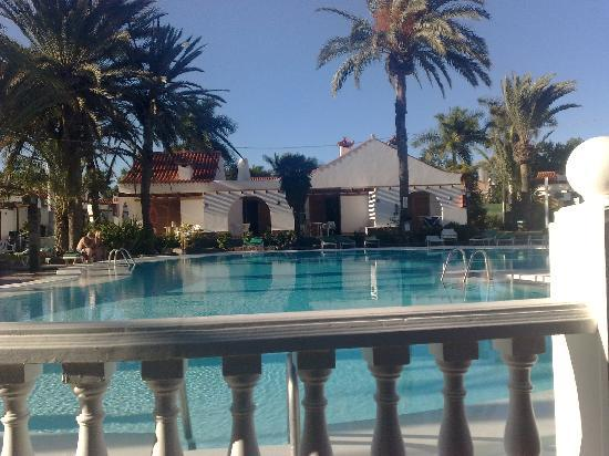 Bungalows El Palmeral: Pool view from the bar