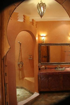 Riad Couleurs Du Sud: Salle de bain Fleur d'oranger