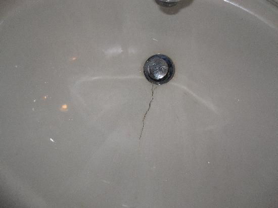 Beach Park Hotel: sink with cracks all over