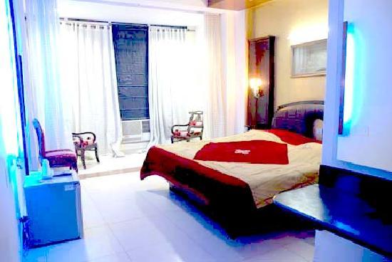 Hotel Raunak International: rennovated room lit up with blue lights