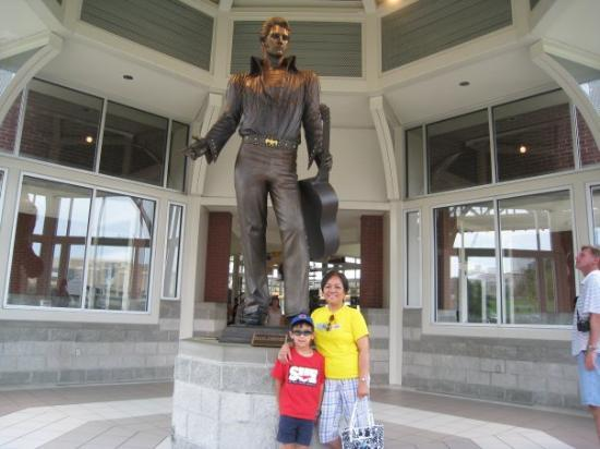 At Memphis Tn Visitor S Information Center Statue At The