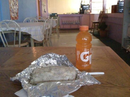 Stratford, Kalifornie: A burrito from La Fuente Market