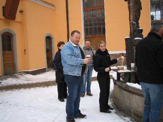 Hotel U Sladka: im brauereiinnenhof eine bierverkostung nach der besichtigung