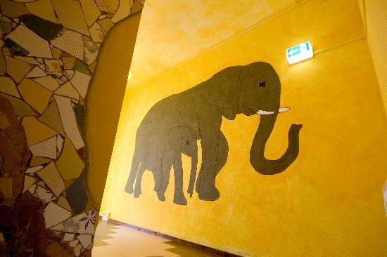 Labyrinth Hostel: Kunst im Flur