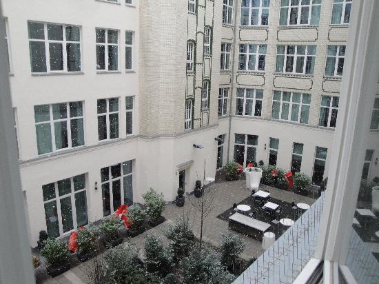 Adina Apartment Hotel Berlin Checkpoint Charlie: snowing in the courtyard- view from second floor
