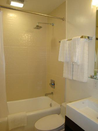 Hotel Vertigo: Remodeled bathroom