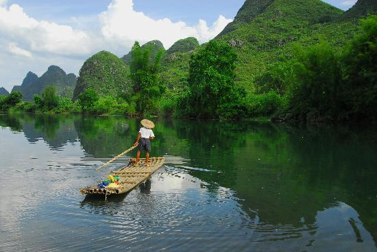 Yangshuo Outside Inn : Yulong River, 10 minutes through the paddy fields from the Inn