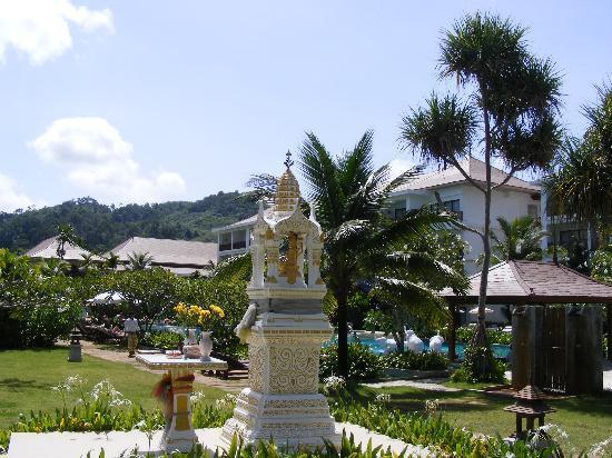 Naithonburi Beach Resort: Garten