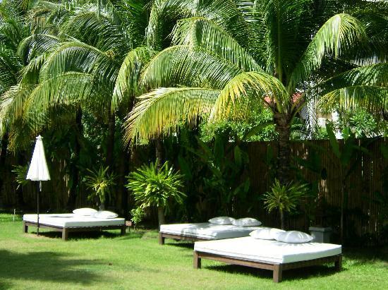 Naithonburi Beach Resort: Sonnenbetten