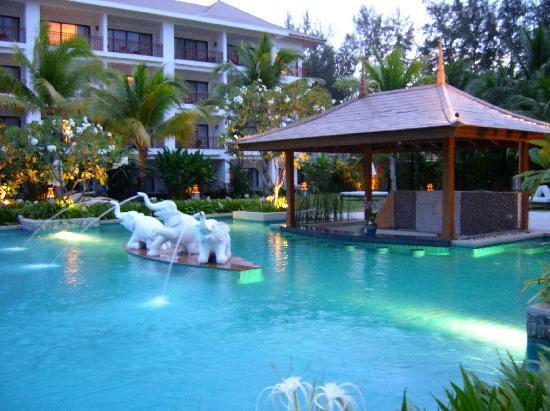 Naithonburi Beach Resort: Pool am Abend