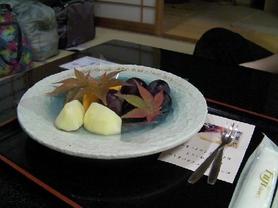 Taketoritei Maruyama: Fruit plate. Huge grapes!