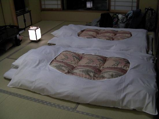 Taketoritei Maruyama: When we came back from the private springs, our beds were laid out along with a nightlight on a