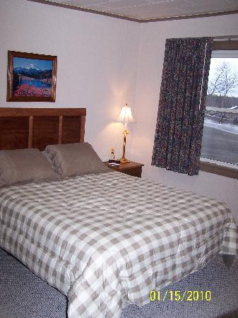 Farmington, Μέιν: Our rooms are renovated and each features an amazing memory foam bed with microfiber bedding for